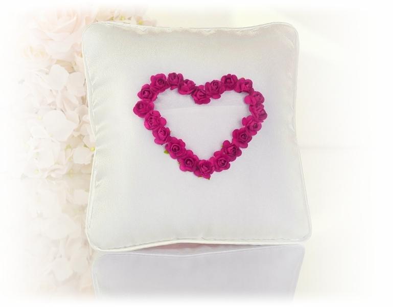 Ringkissen cremefarben mit Rosenherz rot und Ringtasche aus feinem Tüll
