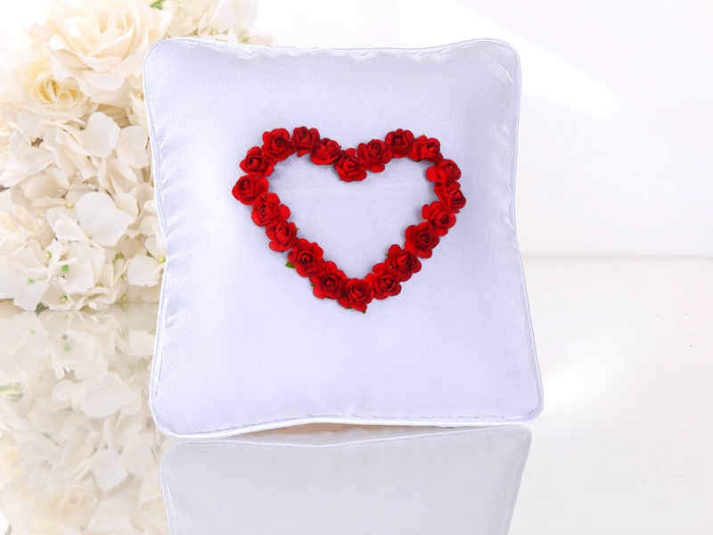 Ringkissen weiss mit Rosenherz rot und Ringtasche aus feinem Tüll